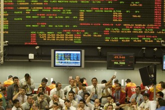 Traders work on the floor of the Brazilian Mercantile and Futures Exchange in Sao Paulo, Monday, Sep. 15, 2008. Investors bailed from Brazilian stocks and the nation's currency fell sharply against the U.S. dollar following news that  Wall Street's Lehman Brothers had filed for bankruptcy and Merrill Lynch would be sold to Bank of America. The main index of Brazil's Bovespa index was down 3.3 percent in midday trading and the Brazilian real was off 1.2 percent against the greenback. (AP Photo/Andre Penner)