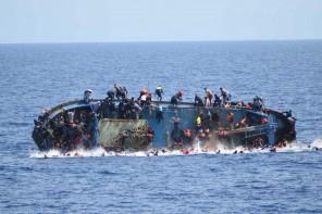 60525060. Roma, 25 May. 2016 (Notimex-Marina Militar Italiana).- Una barcaza con unos 600 inmigrantes a bordo se volcó en el Canal de Sicilia, a unos 25 kilómetros de las costas de Libia, al menos siete personas murieron, informó la Marina Militar italiana. NOTIMEX/FOTO/MARINA MILITAR ITALIANA/COR/DIS/MIGRACION15