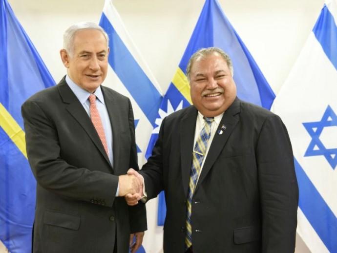 Il presidente di Nauru Baron Waqa assieme al primo ministro israeliano Netanyahu